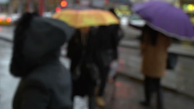ぼやけている女性がイスタンブール アジア側カドゥキョイでカラフルな傘とストリートでスローモーションで歩く