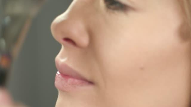 vidéos et rushes de fard à joues appliqué avec la brosse et le mélangeur - pinceau à blush