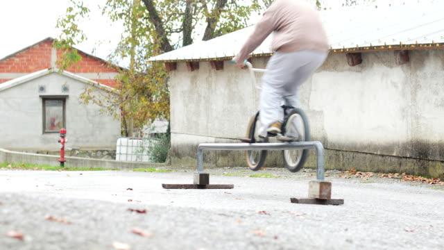 東ヨーロッパの村に bmx ライダー - bmxに乗る点の映像素材/bロール
