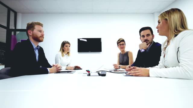 vídeos de stock, filmes e b-roll de reunião de diretoria - mesa de reunião
