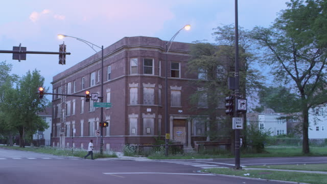 stockvideo's en b-roll-footage met ws boarded-up abandoned apartment night - chicago illinois