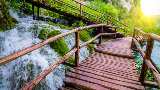 STEADYCAM: Boardwalk door adembenemende natuur in het Nationaal Park Plitvice Lakes