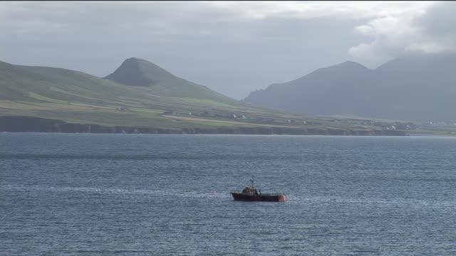 ws, boat anchored near ocean shore, ireland - ankrad bildbanksvideor och videomaterial från bakom kulisserna