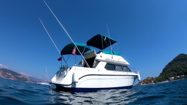 vidéos et rushes de bateau et claire l'eau de mer - solitude