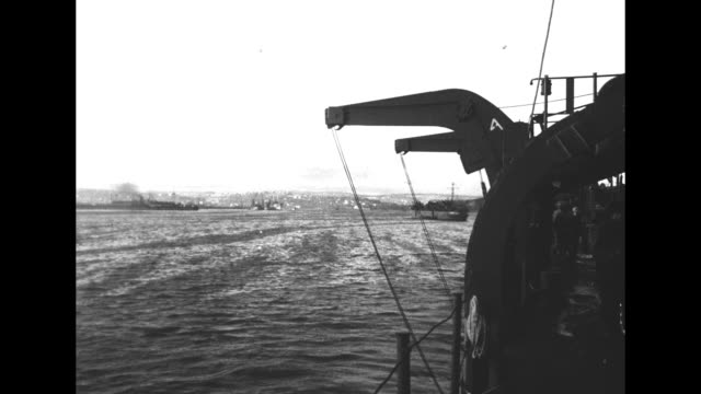 vidéos et rushes de boat and landing crafts and maybe supplies on ocean with horizon in distance can see tops of helmets in fg / landing crafts on ocean soldiers in one... - tout terrain urbain