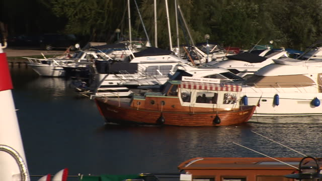 ws zo pan boat arriving at port of waren  / waren, mecklenburg-western pomerania, germany - komplett stock-videos und b-roll-filmmaterial