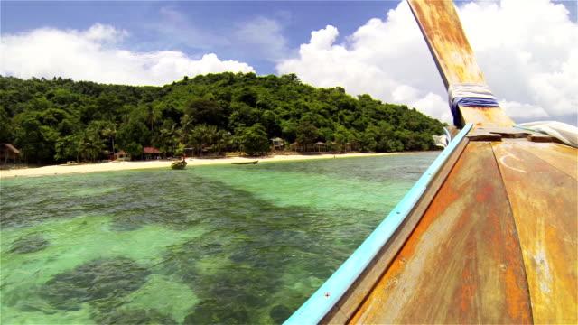 ボートでご到着のお客様は、トロピカルパラダイスのビーチ - クラビ県点の映像素材/bロール