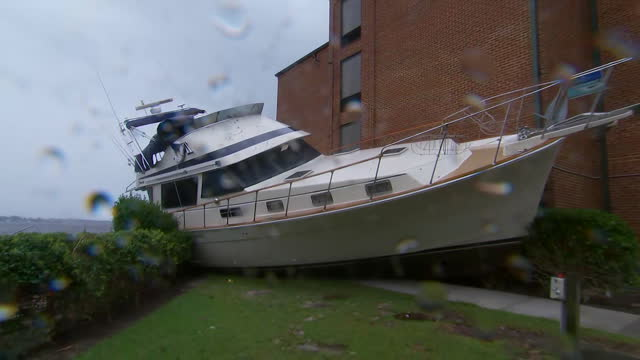 vídeos y material grabado en eventos de stock de boat crashed up against the side of a hotel during hurricane florence on september 15, 2018 in new bern, north carolina. - environment or natural disaster or climate change or earthquake or hurricane or extreme weather or oil spill or volcano or tornado or flooding