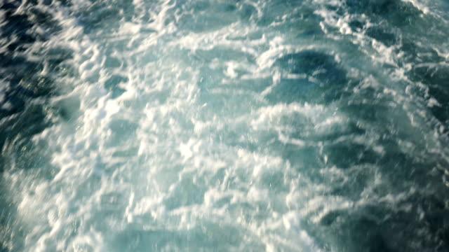 ボートは、海面に泡を作成します - 泡立つ波点の映像素材/bロール