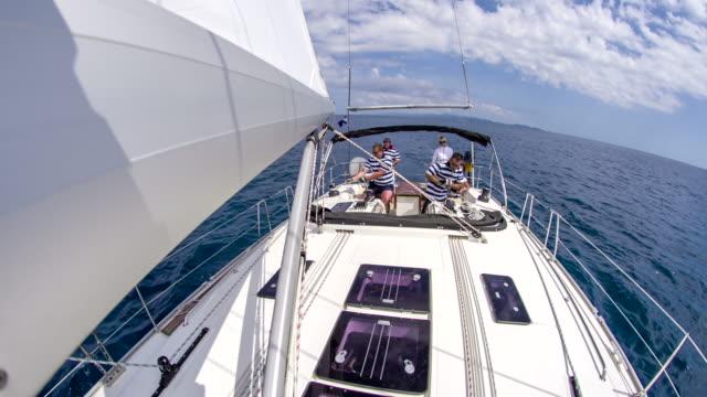 ws bootscrew navigation einem segelboot - segelmannschaft stock-videos und b-roll-filmmaterial