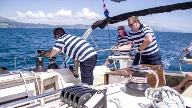 ms bootscrew auf einem segelboot - regatta stock-videos und b-roll-filmmaterial