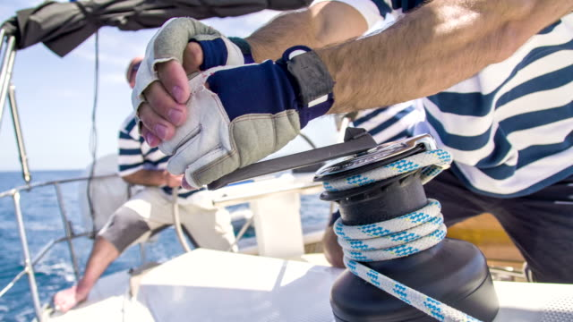 stockvideo's en b-roll-footage met cu tu boat crew tightening the sail - jachtvaren