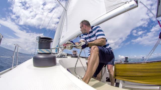 ws bootscrew arbeiten auf einem segelboot - segelmannschaft stock-videos und b-roll-filmmaterial