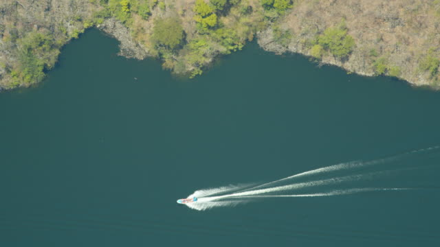 vidéos et rushes de boat crossing a river directly above. sumidero canyon, chiapas, mexico - limite
