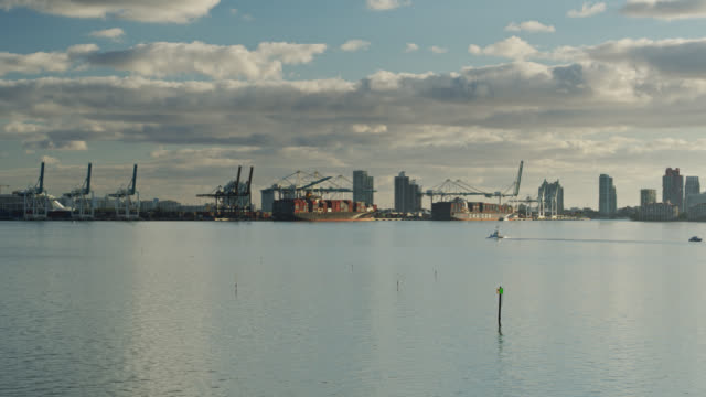 boat crossing biscayne bay towards port of miami - atlantik stock-videos und b-roll-filmmaterial