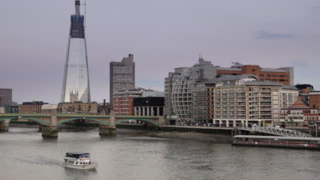 vídeos y material grabado en eventos de stock de a boat cruises along the thames river in london. - pasear en coche sin destino