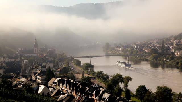 vídeos y material grabado en eventos de stock de a boat cruises down the rhine river through zell mosel, germany. - pasear en coche sin destino