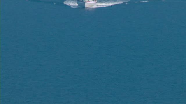 vídeos de stock, filmes e b-roll de a boat cruises in the gulf of mexico. - passear sem destino
