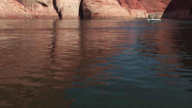 a boat cruises on lake powell in nevada. - lago powell video stock e b–roll