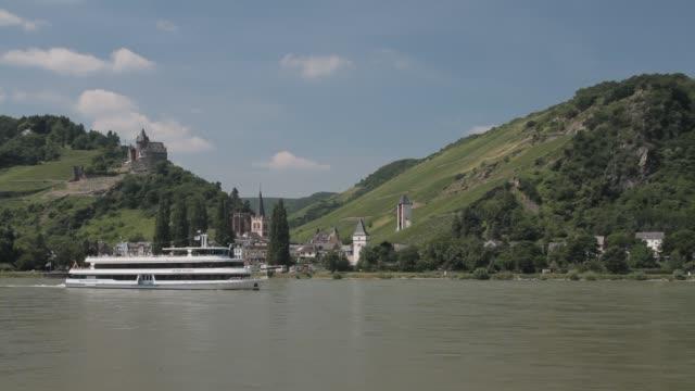 vídeos y material grabado en eventos de stock de a boat cruises the rhine river below the stahleck castle in bacharach, germany. - pasear en coche sin destino