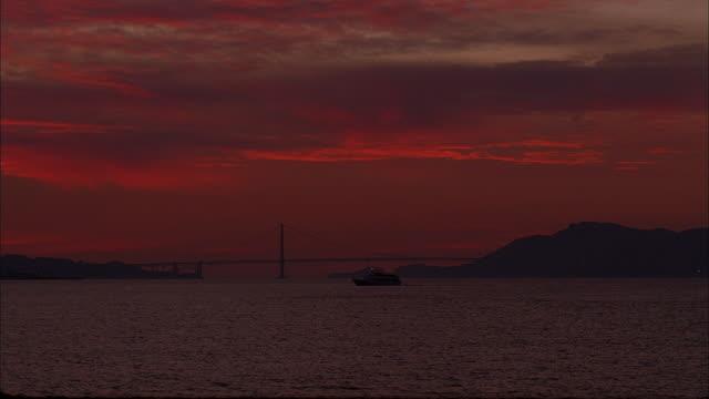 vídeos y material grabado en eventos de stock de a boat cruises through the san francisco bay at sunset. - pasear en coche sin destino