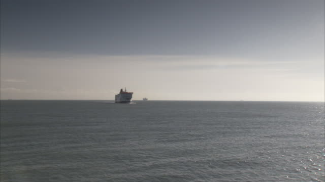 a boat cruises toward the port of dover. - dover kent stock-videos und b-roll-filmmaterial