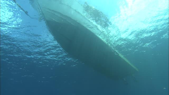 a boat floats in clear water. - 船体点の映像素材/bロール