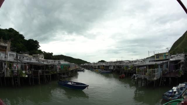 vídeos de stock e filmes b-roll de boat in a canal - aldeia de pescador