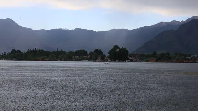 båt i dal lak, kashmir indien - dal bildbanksvideor och videomaterial från bakom kulisserna