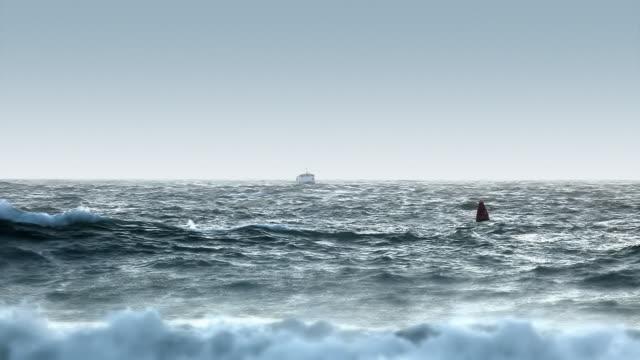 ボートで粗い海に繰り出すのポート - 起伏のある点の映像素材/bロール