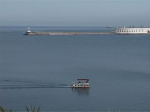 vídeos de stock e filmes b-roll de barco na baía - embarcação comercial