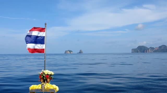 vídeos y material grabado en eventos de stock de viaje en barco en el mar de andaman, hacia phi phi, bida nok, bida nai, krabi, tailandia. - islas phi phi