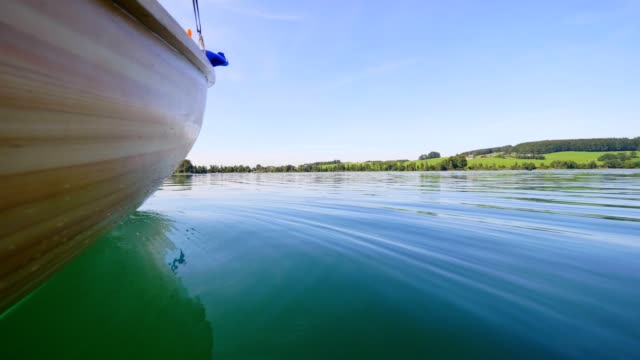 vídeos de stock e filmes b-roll de boat pov: lake mattsee, austria, in summer - vela em iate