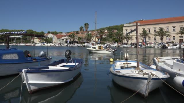 vídeos y material grabado en eventos de stock de pan / a boat leaves port of stari grad - cultura croata