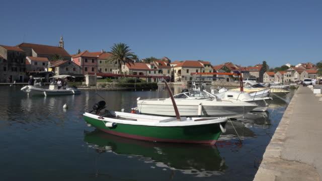 vídeos y material grabado en eventos de stock de boat leaves port of vrboska - cultura croata