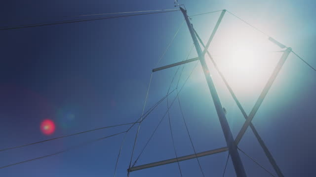 boot-mast gegen blauen himmel an sonnigen tag - schiffsmast stock-videos und b-roll-filmmaterial