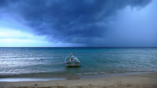 vidéos et rushes de boat moored at shore in thunder storm, petani beach, perhentian kecil,  perhentian islands, malaysia - culture malaisienne
