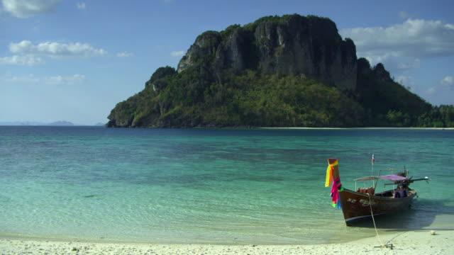 vídeos y material grabado en eventos de stock de ws boat moored on tropical beach, krabi, thailand - mar de andamán