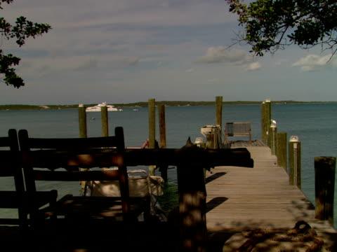 stockvideo's en b-roll-footage met ms,  boat moored to side of wooden pier,  harbour island,  bahamas - plate met stilstaande achtergrond