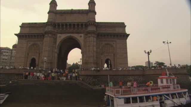 ms, pov, pan, boat mooring by gateway of india, mumbai, maharashtra, india - 門点の映像素材/bロール