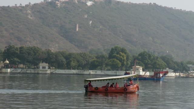 ws ts boat moving at lake pichola / udaipur, rajasthan, india - gruppo medio di animali video stock e b–roll