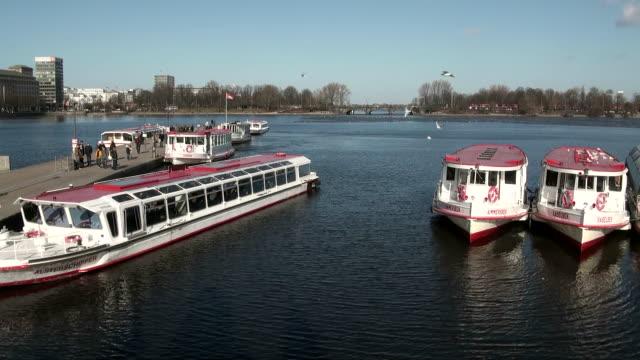 vídeos y material grabado en eventos de stock de ws boat moving from jetty in binnenalster lake / hamburg, hamburg, germany - embarcación de pasajeros