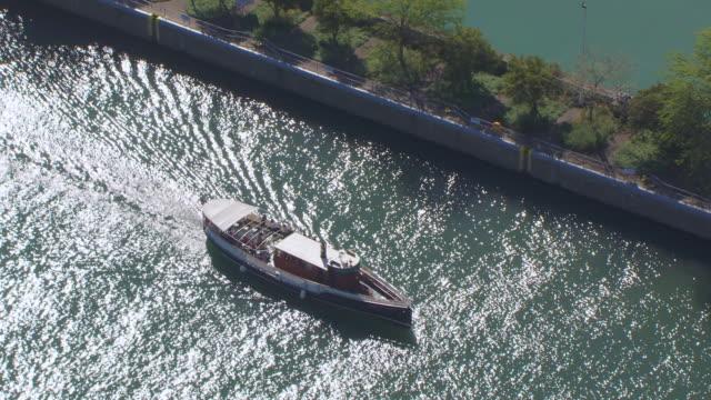 ws aerial pov zo boat moving in canal / chicago, cook county, illinois, united states  - chiusa di fiume video stock e b–roll