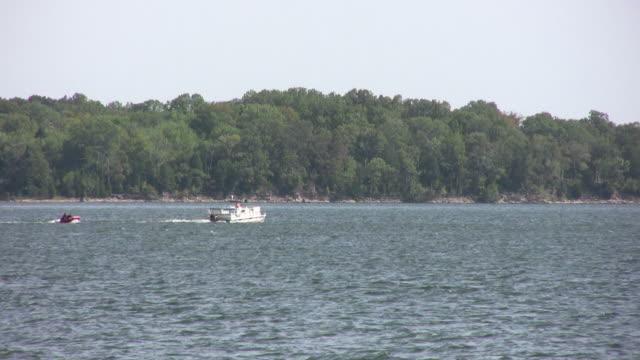 vídeos y material grabado en eventos de stock de pasar a través de una embarcación bastidor tubo de extracción - waterskiing