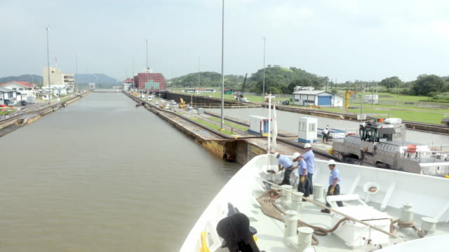 t/l pov boat moving through panama canal water gates / panama city, panama - dockarbeiter stock-videos und b-roll-filmmaterial