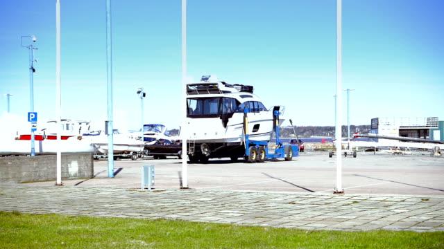 ヨットクラブでトレーラーにボートします。 - モーターボート点の映像素材/bロール