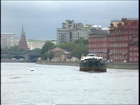 boat on in the moskva river - anno 1987 video stock e b–roll