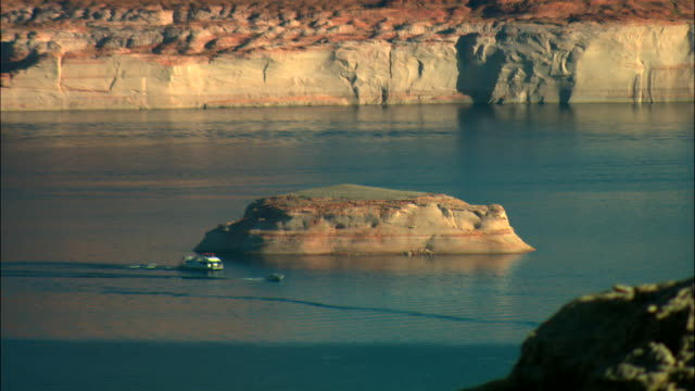 vídeos de stock e filmes b-roll de ws, ha, boat on lake powell, glen canyon national recreation area, utah, usa - barco casa