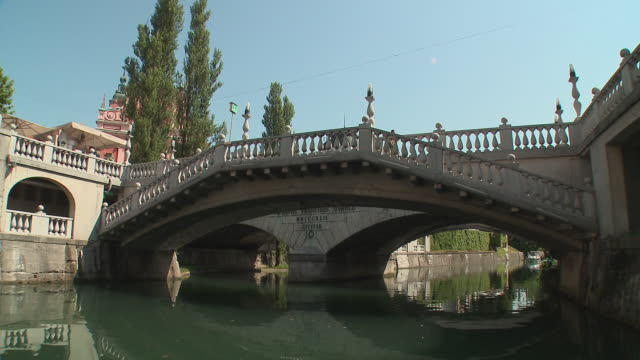 vidéos et rushes de pov boat on ljubljanica river, franciscan church of annunciation, monument to france preseren and triple bridge, ljubljana, slovenia - ljubljana