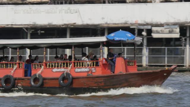 vídeos de stock e filmes b-roll de boat on river chao phraya near wat arun (temple of dawn), bangkok, thailand, southeast asia, asia - rio chao phraya